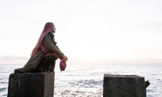 Femme, poser, à, bord mer, plein coup