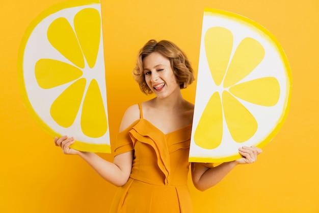 Femme, poser, citron, tranches, décor, clin d'oeil