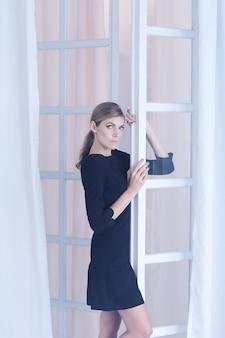 Femme, poser, fenêtre