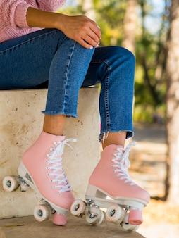Femme, poser, jean, patins à roulettes