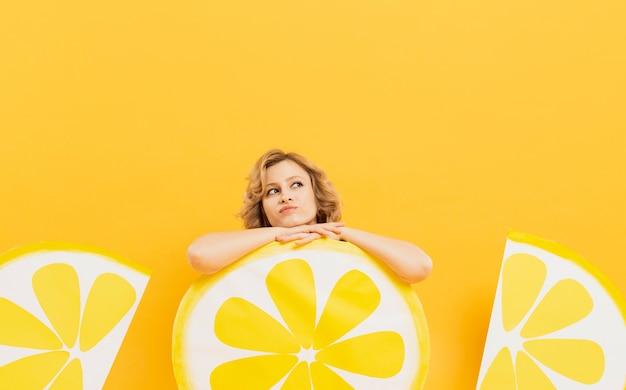 Femme, poser, quoique, reposer, citron, tranches, décorations