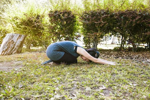 Femme en position demi tortue