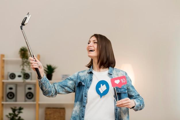 Femme positive enregistrement vidéo à la maison