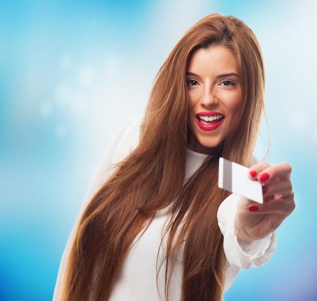 Femme positive payer par carte de débit.
