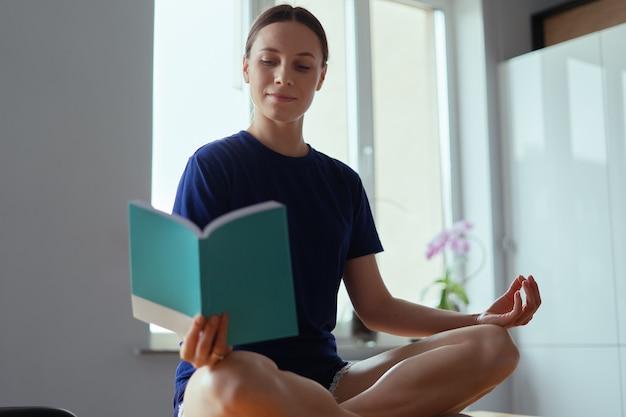 Femme positive tenant un livre avec copie espace sur la couverture