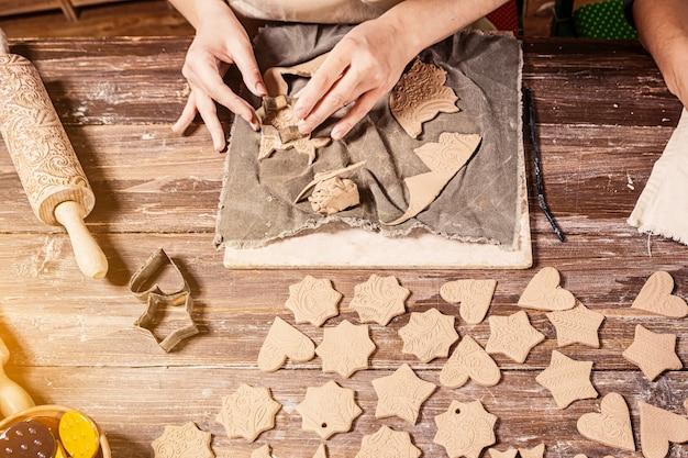 Femme potier fait beaucoup de jouets de noël