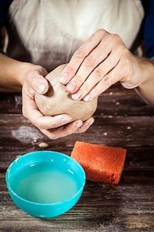 Femme potier sculpte