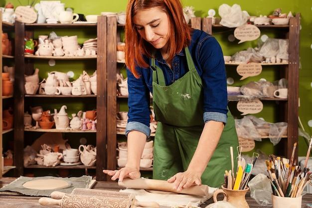 Femme potier travaillant
