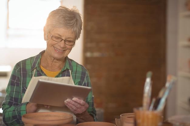 Femme, potier, utilisation, tablette numérique