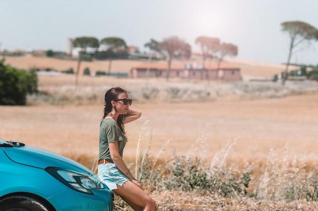 Femme pour une nouvelle aventure à la recherche du bon chemin sur la carte