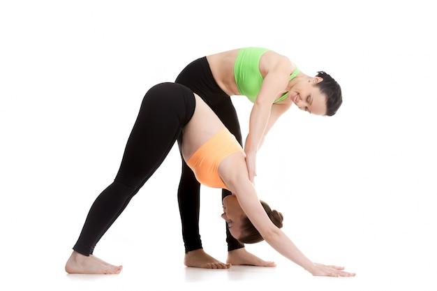 Femme poussant le dos d'une autre femme