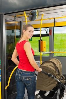 Femme, poussette, monter, autobus