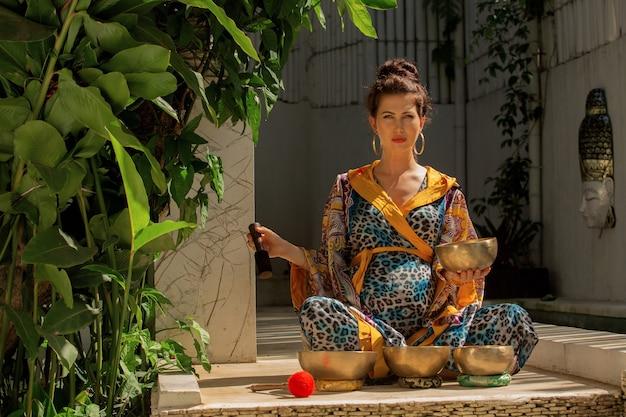 Femme pratiquant avec des bols chantants