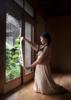 Femme pratiquant l'écriture japonaise à la maison