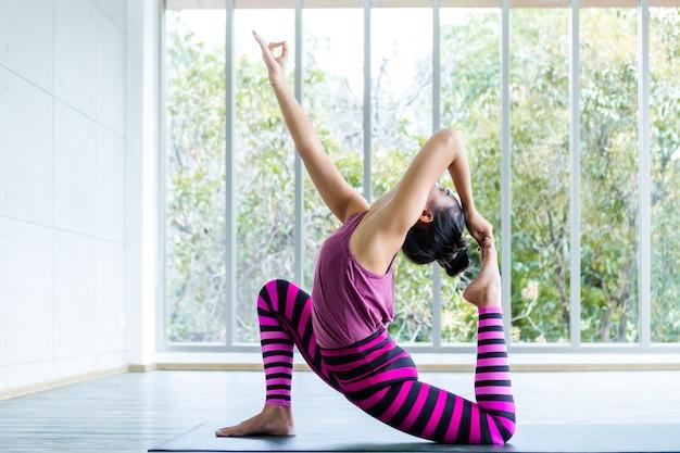 Une femme pratiquant une formation de yoga