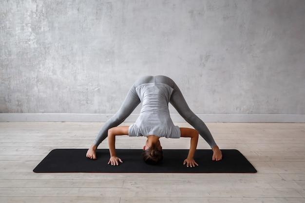 Femme pratiquant le yoga avancé.