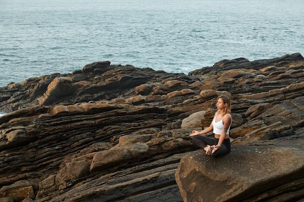 Femme pratiquant le yoga dans la nature. méditer à l'extérieur