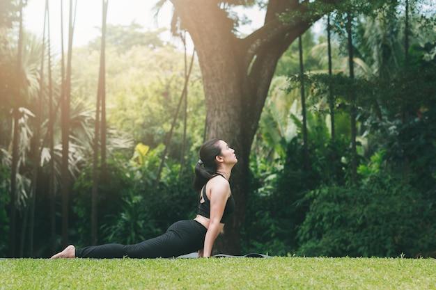 Femme pratiquant le yoga à l'extérieur