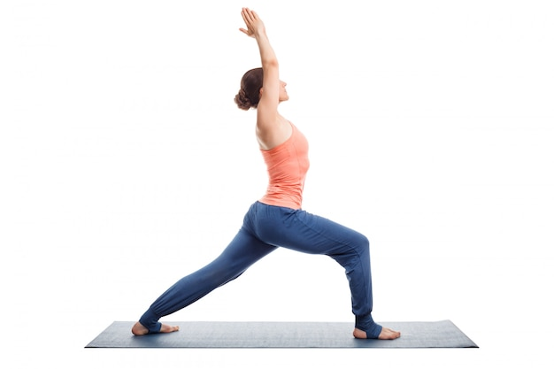 Femme pratique le yoga asana utthita virabhadras