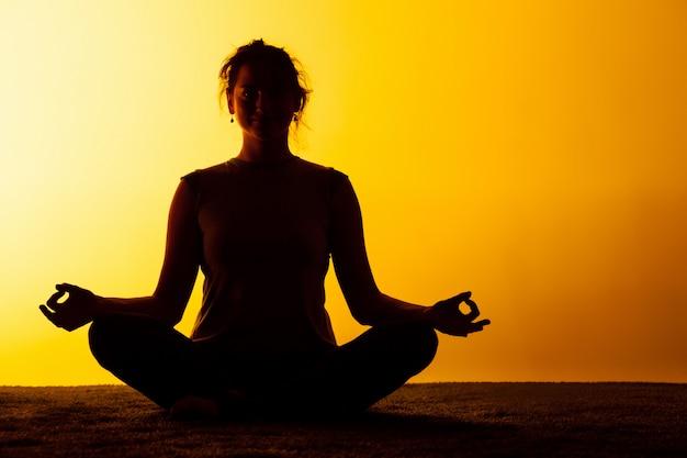 Femme, pratiquer, yoga, coucher soleil, lumière