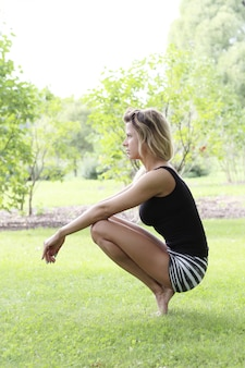 Femme, pratiquer, yoga, dehors