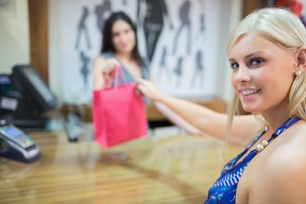 Femme prenant des achats à la caisse
