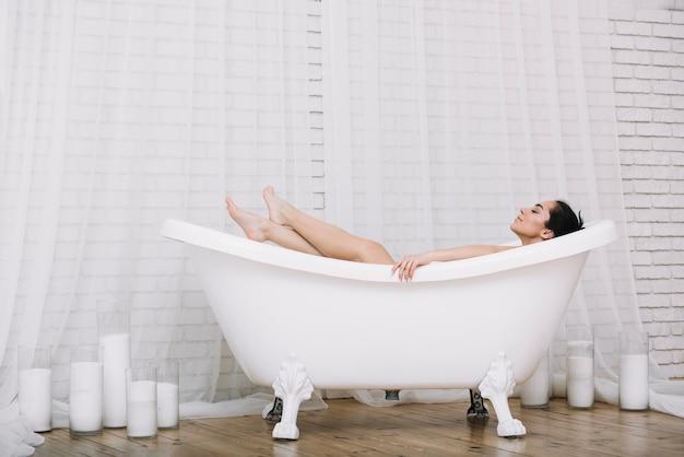 Femme prenant un bain relaxant dans un spa