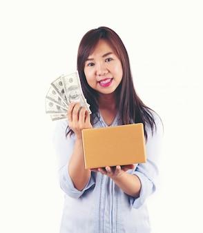 Femme prenant beaucoup d'argent et boîte à colis