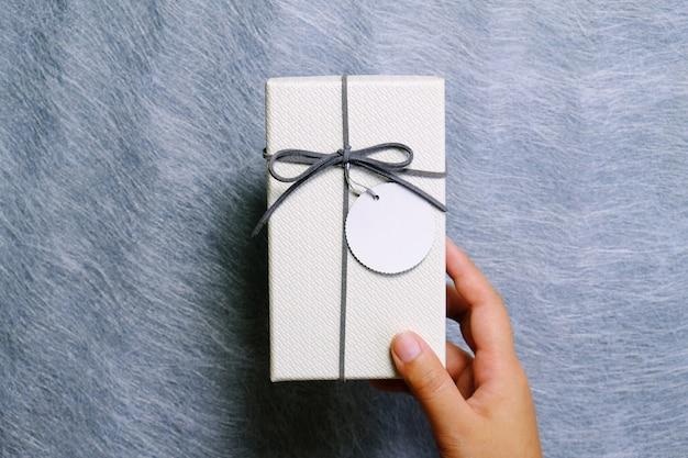 Femme prenant une boîte-cadeau en colis.