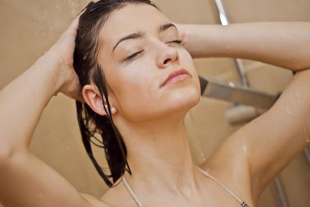 Femme prenant une douche