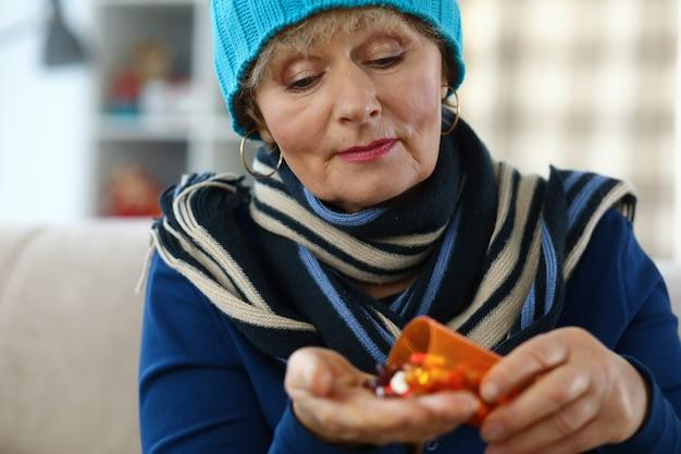 Femme prenant des médicaments