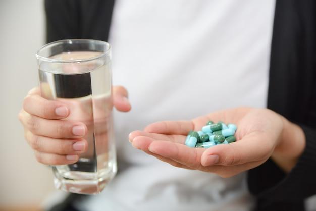 Femme prenant une overdose de pilules à la maison. concept de surdosage et de suicide.
