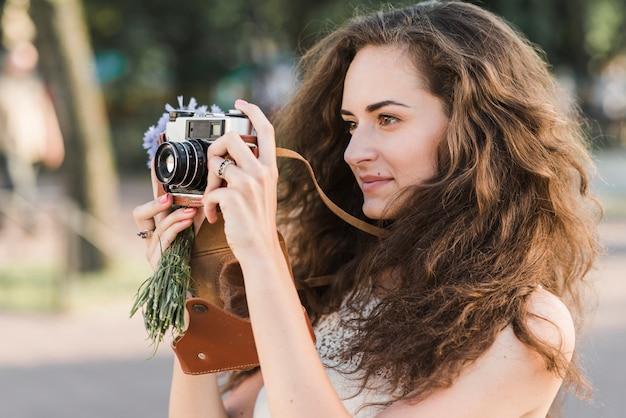 Femme prenant une photo avec caméra