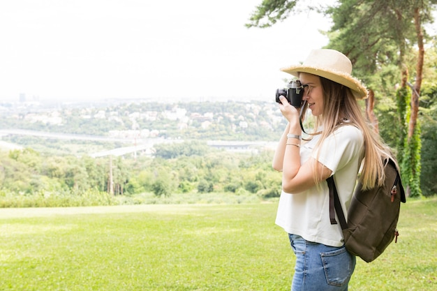 Femme prenant une photo sur le côté