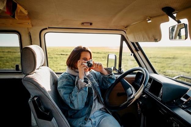 Femme prenant une photo dans une camionnette