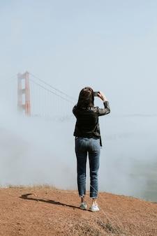 Femme prenant une photo du golden gate bridge, san francisco