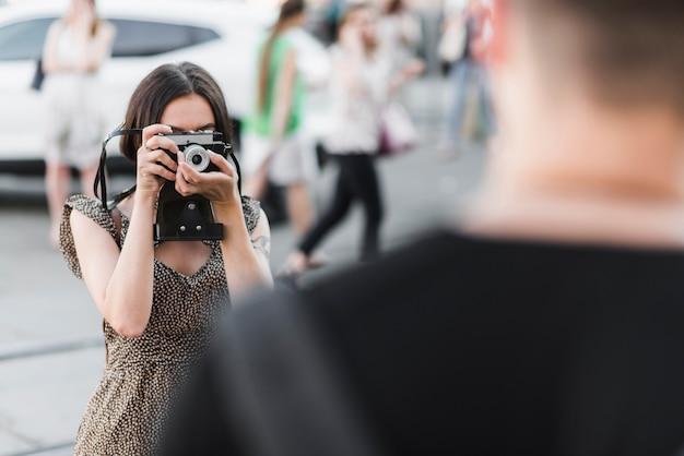 Femme prenant la photo de l'homme