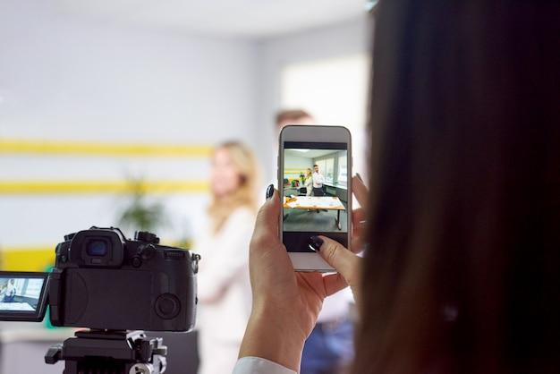 Femme prenant une photo de partenaires commerciaux