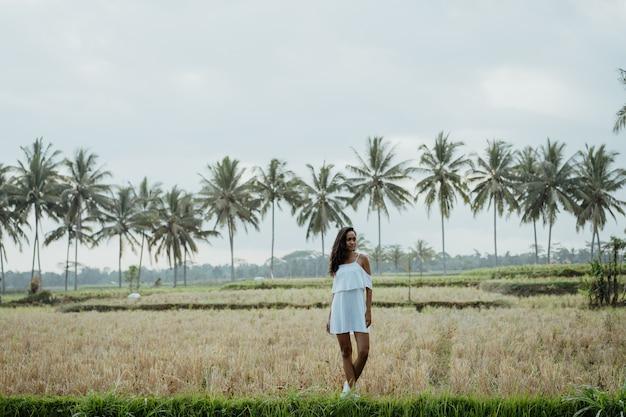 Femme prenant une photo pour les médias sociaux dans une rizière