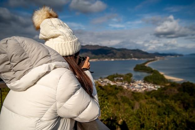 Femme prenant une photo prise par derrière