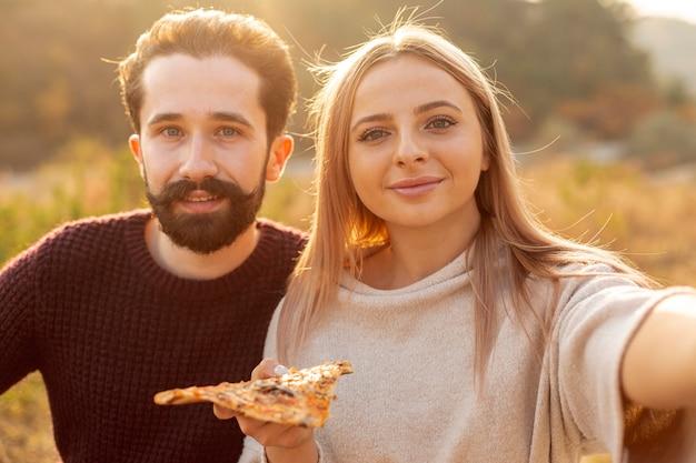 Femme prenant une photo avec son amie
