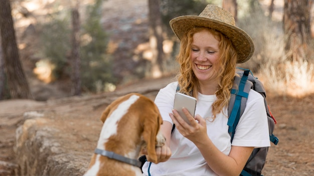 Femme prenant une photo de son chien