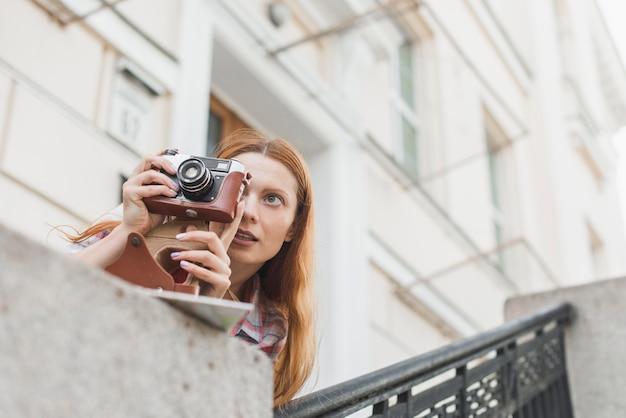 Femme prenant des photos près des attractions de la ville