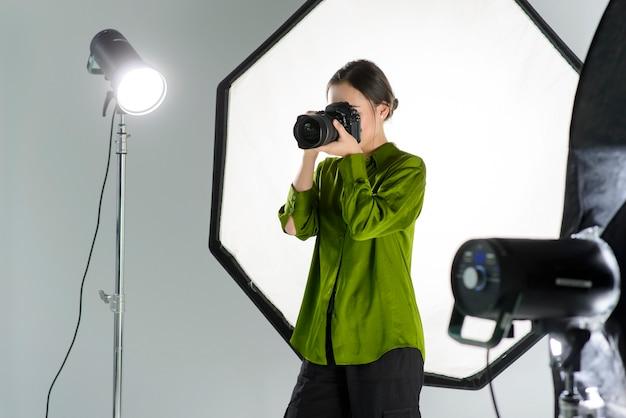 Femme prenant des photos professionnelles