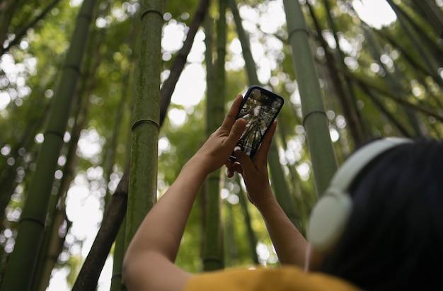 Femme prenant des photos avec le smartphone