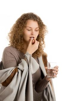 Femme prenant une pilule