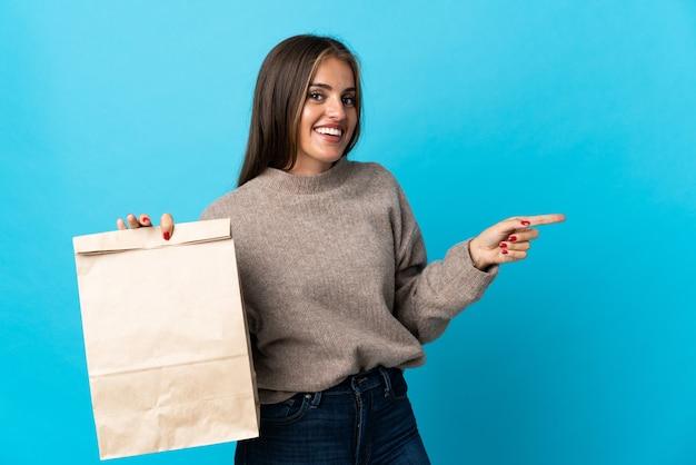 Femme prenant un sac de plats à emporter isolé