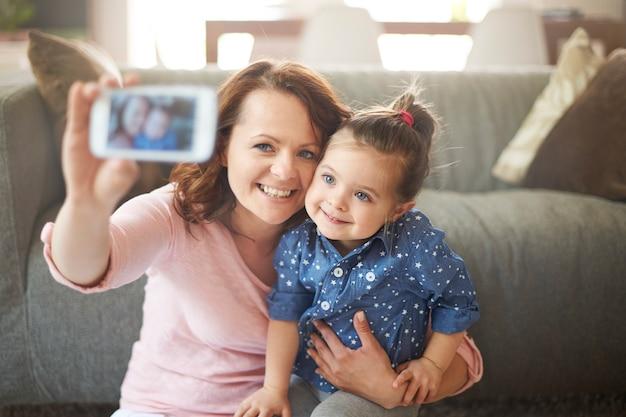 Femme prenant selfie avec sa fille