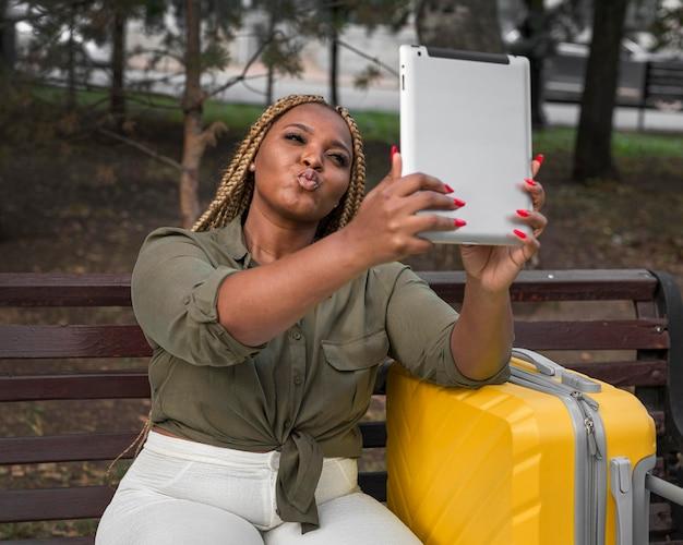 Femme prenant un selfie avec sa tablette