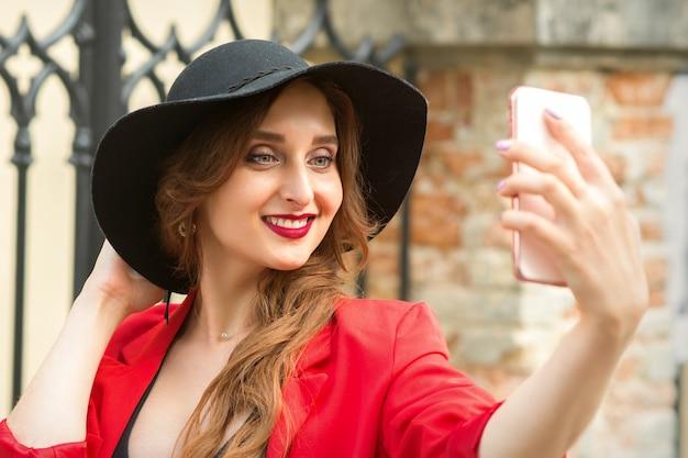 Femme prenant selfie sur le smartphone